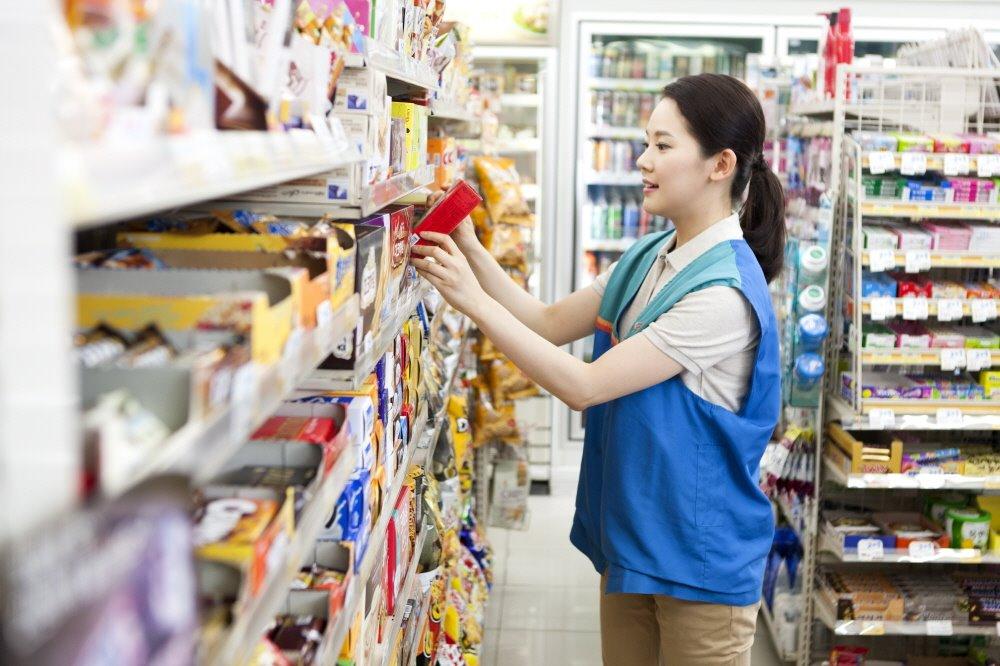 Nhân viên bán hàng tại các cửa hàng tiện lợi là công việc lý tưởng cho các bạn du học sinh